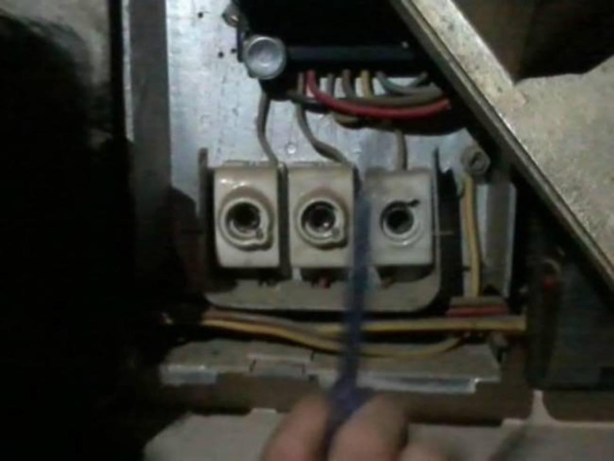 Σπείρες ηλεκτρολόγων κλέβουν ρεύμα πειράζοντας τους μετρητές της ΔΕΗ | Newsit.gr