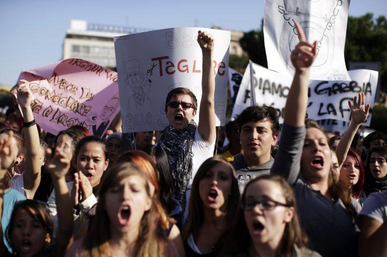 Χιλιάδες φοιτητές και καθηγητές βγήκαν στους δρόμους της Ρώμης | Newsit.gr