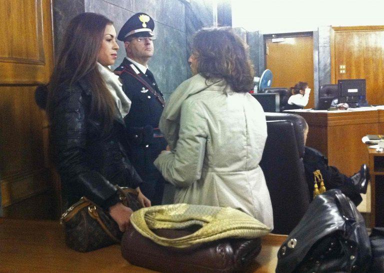 Έξαλλη η μητέρα της Ρούμπι Καρίμα με τους δικηγόρους του Μπερλουσκόνι | Newsit.gr