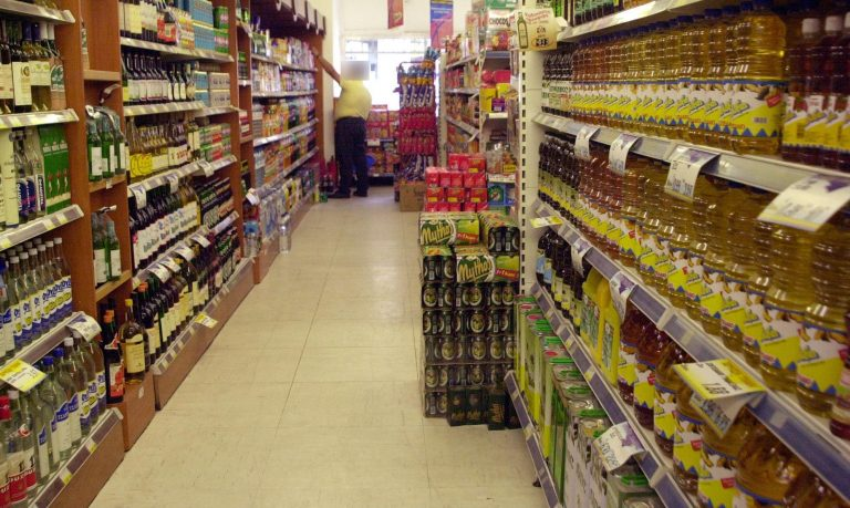 Πάτρα: Το ριφιφί των πεινασμένων – Άδειασαν τα ράφια του σούπερ μάρκετ! | Newsit.gr