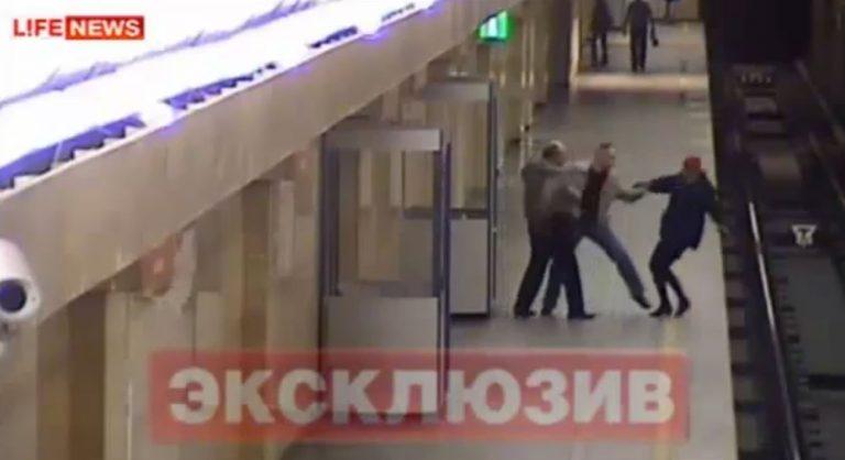 Την έσπρωξε εν ψυχρώ στις ράγες του μετρό! (VIDEO) | Newsit.gr