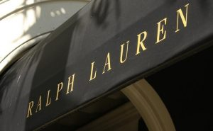 Η κρίση «χτύπησε» και τον Ραλφ Λόρεν – Κλείνει μαγαζιά και καταργεί 1.000 θέσεις εργασίας