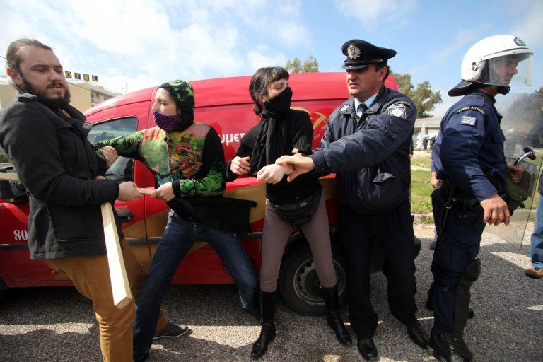 Μεσολόγγι: Φυγάδευσαν το Σαλμά από την πίσω πόρτα – Επεισόδια, χημικά και τραυματίες   Newsit.gr