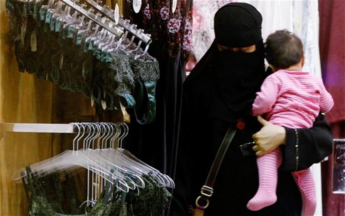 Μόνο γυναίκες θα εργάζονται πλέον στα καταστήματα γυναικείων εσωρούχων! | Newsit.gr