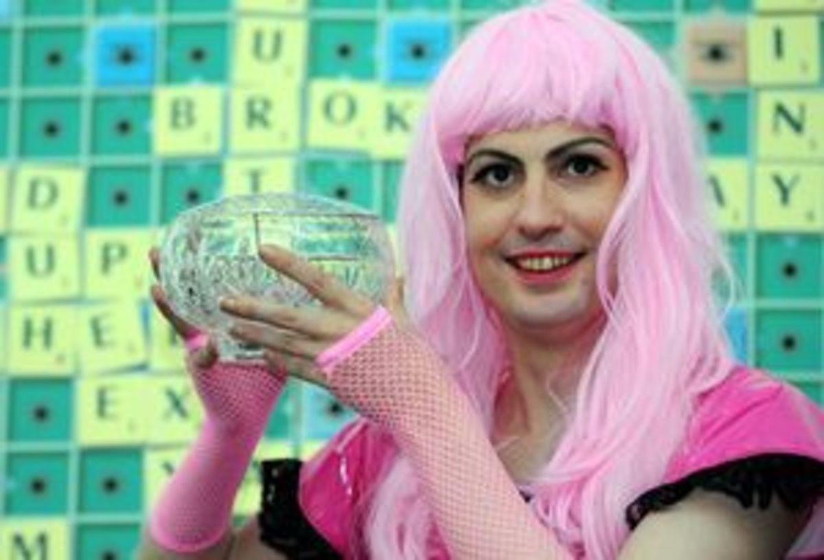 Τρανσέξουαλ με ροζ περούκα πρωταθλητής στο Σκράμπλ | Newsit.gr