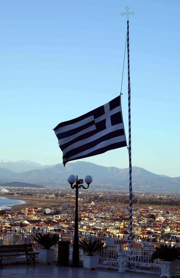 Ναύπλιο: Έκαψαν την Ελληνική σημαία | Newsit.gr