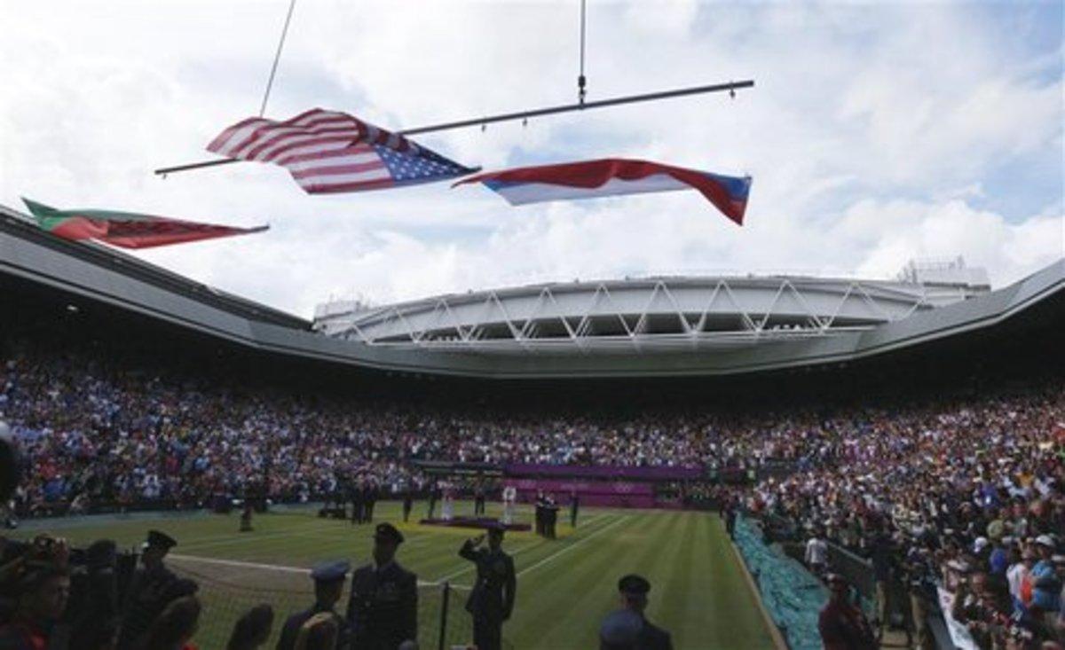 Ο αέρας πήρε τη σημαία των ΗΠΑ στην απονομή(VIDEO) | Newsit.gr