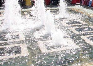 Βόλος: Ανάγκαζαν νεαρό να βουτάει σε παγωμένο συντριβάνι για να πιάσει κέρματα