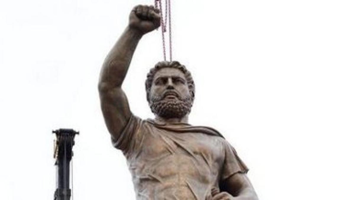 Νέα πρόκληση των Σκοπιανών – Τοποθέτησαν άγαλμα του Φιλίππου Β' σε κεντρική πλατεία – ΦΩΤΟ   Newsit.gr