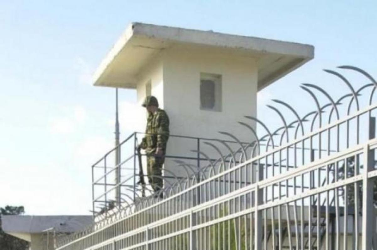 Άγνωστος εισέβαλε σε στρατόπεδο της Χίου   Newsit.gr