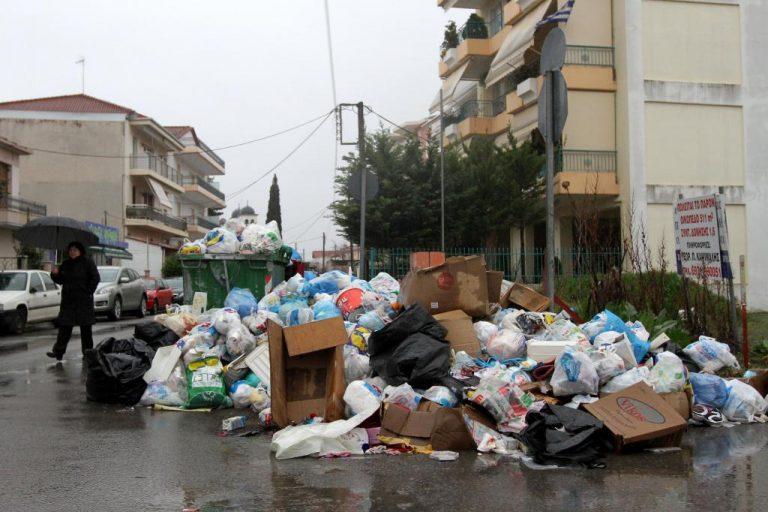 Μαζεύουν τα σκουπίδια στην Τρίπολη μετά από ένα μήνα | Newsit.gr