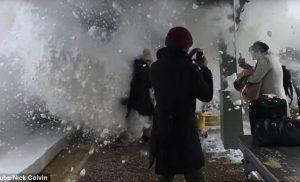 Τρομερές εικόνες! Τρένο σκεπάζει με χιόνι τους επιβάτες στην αποβάθρα του σταθμού [vid]