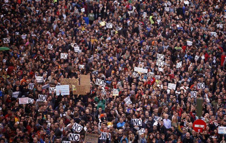 Ισπανία: Χιλιάδες διαδηλωτές ζητούν την παραίτηση της κυβέρνησης | Newsit.gr