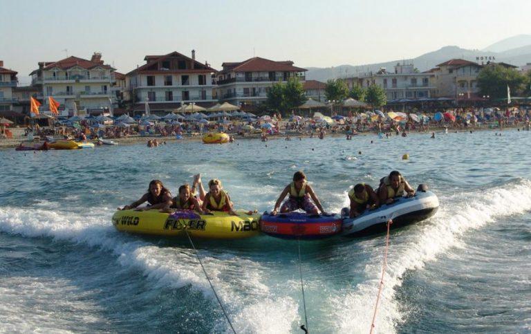 Το παιχνίδι στη θάλασσα λίγο έλειψε να αποβεί μοιραίο για έξι άτομα | Newsit.gr