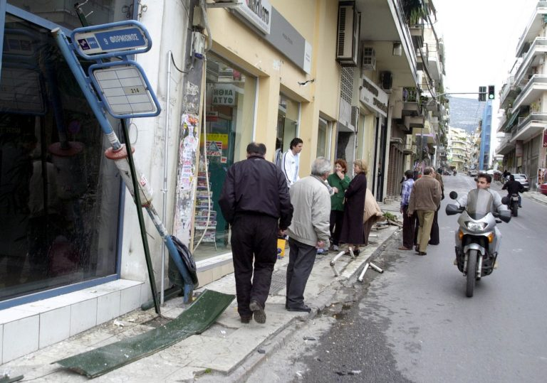 Έπεσε με ΙΧ σε στάση λεωφορείου   Newsit.gr