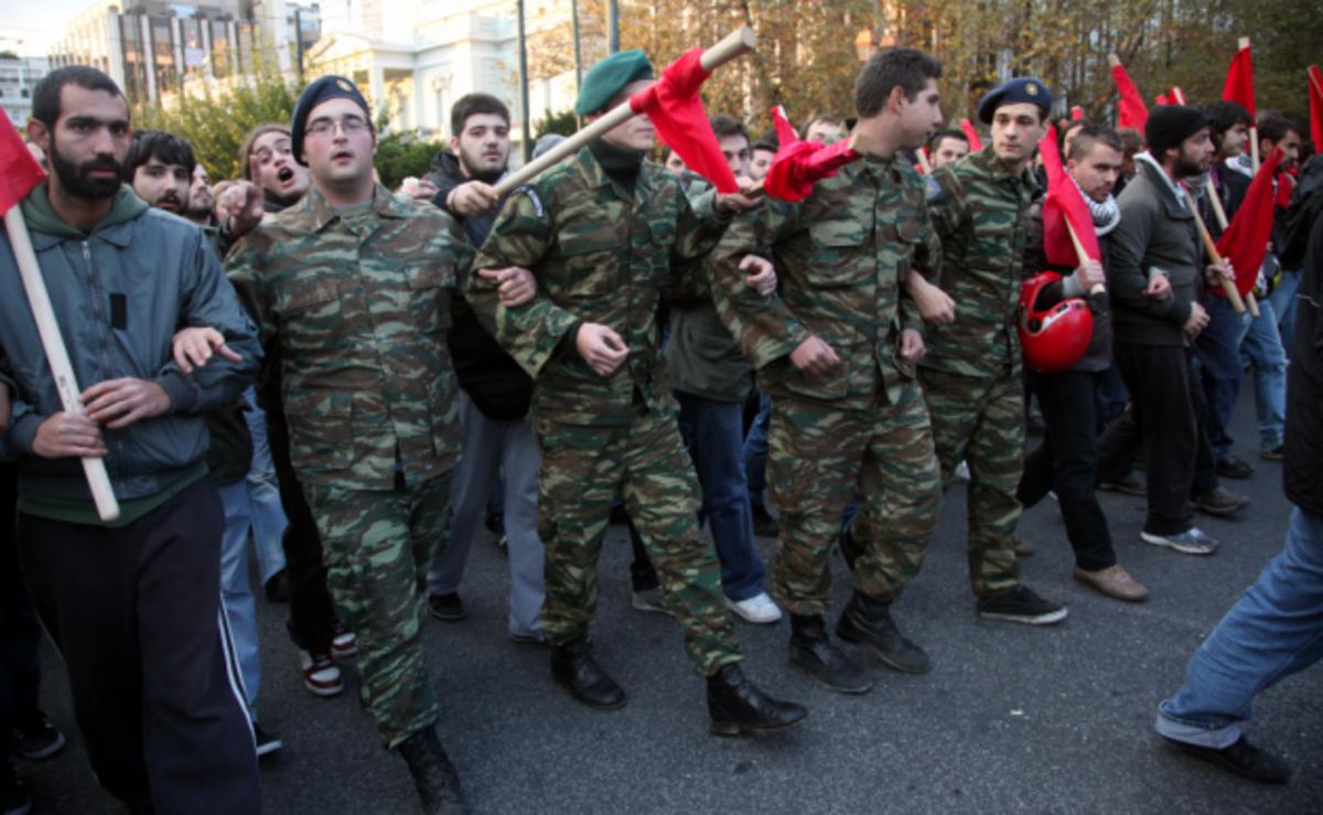 Στρατιώτες στη πορεία του Πολυτεχνείου. Θα τολμήσουν να τους τιμωρήσουν; | Newsit.gr