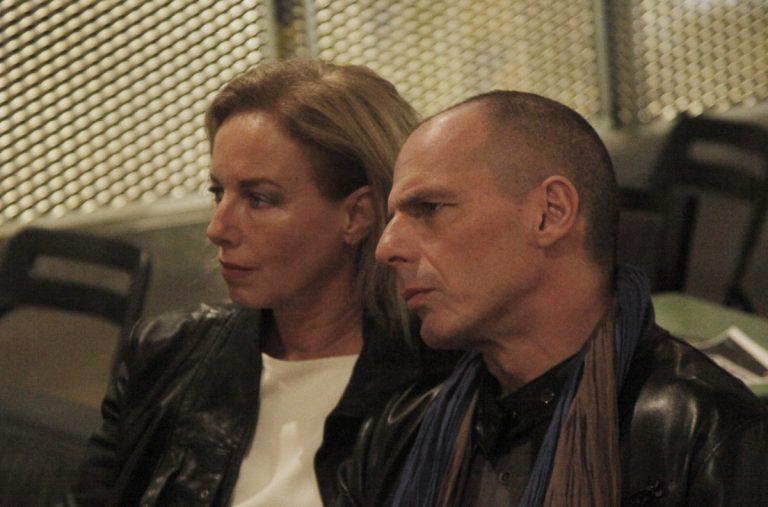 Η σύζυγος Βαρουφάκη προκάλεσε καραμπόλα – Τι είπε η Δανάη Στράτου | Newsit.gr