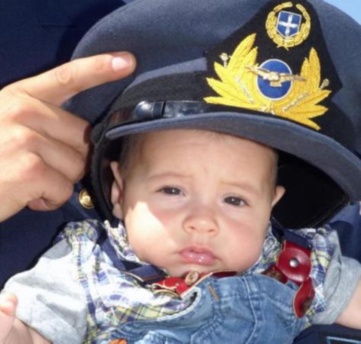 Βαφτίστηκε ο πιτσιρικάς που γεννήθηκε σε Super Puma.Νονός ο κυβερνήτης!   Newsit.gr