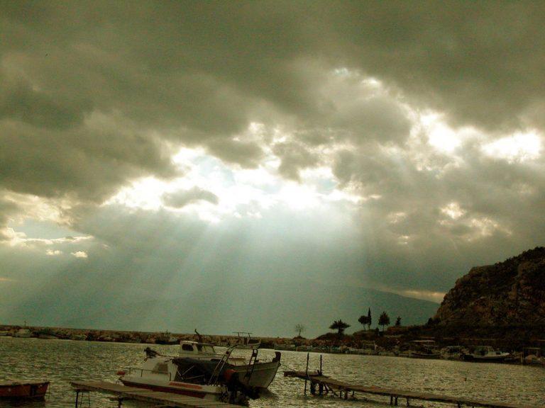 Νοτιάδες και λίγες βροχές σήμερα | Newsit.gr