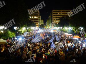 Δημοψήφισμα: Ατελείωτο πάρτι στο Σύνταγμα – Χιλιάδες πολίτες πανηγυρίζουν το «Όχι» (ΦΩΤΟ)
