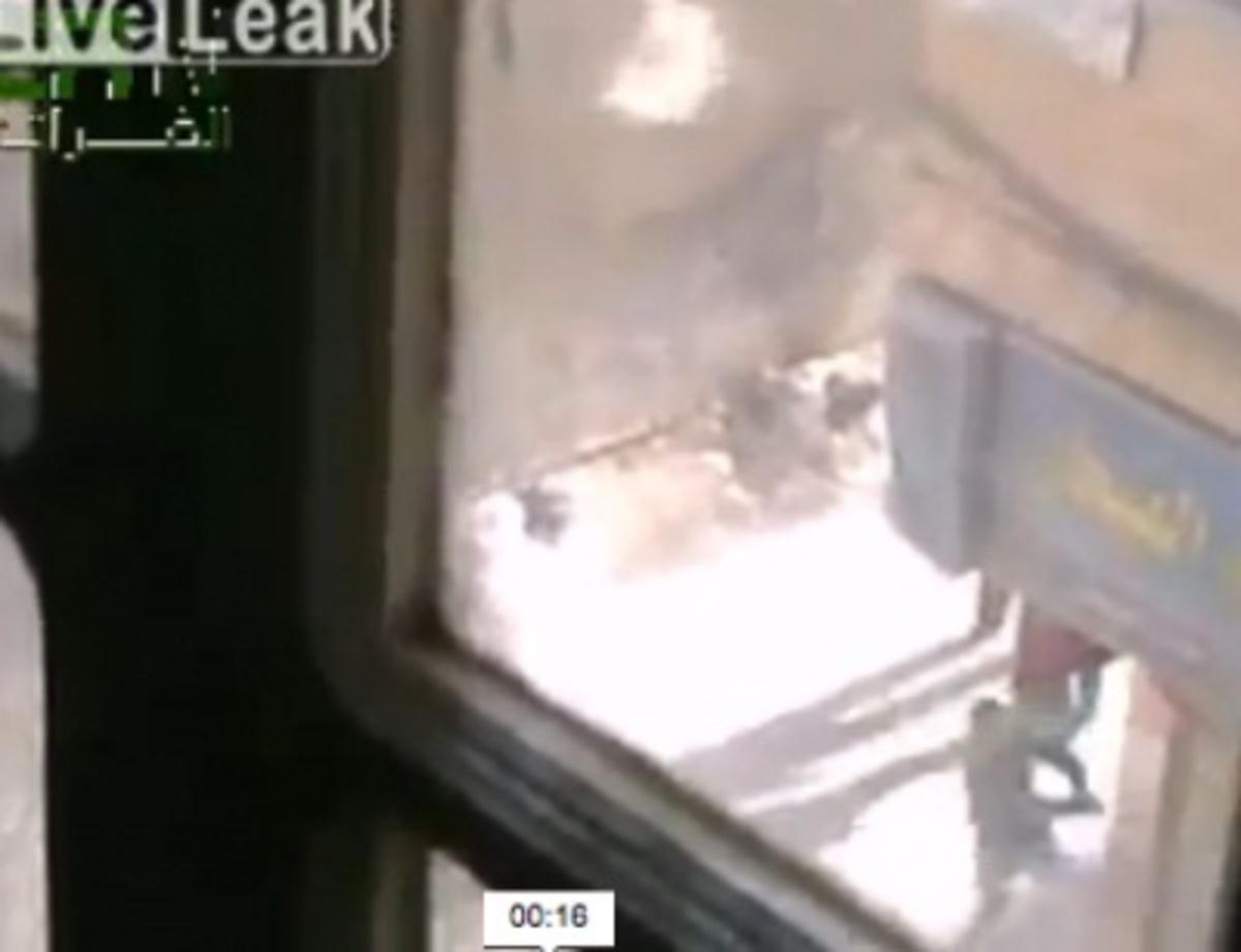 Βίντεο-σοκ από Συρία:Ελεύθερος σκοπευτής εκτελεί παιδί που πέταγε πέτρες! | Newsit.gr