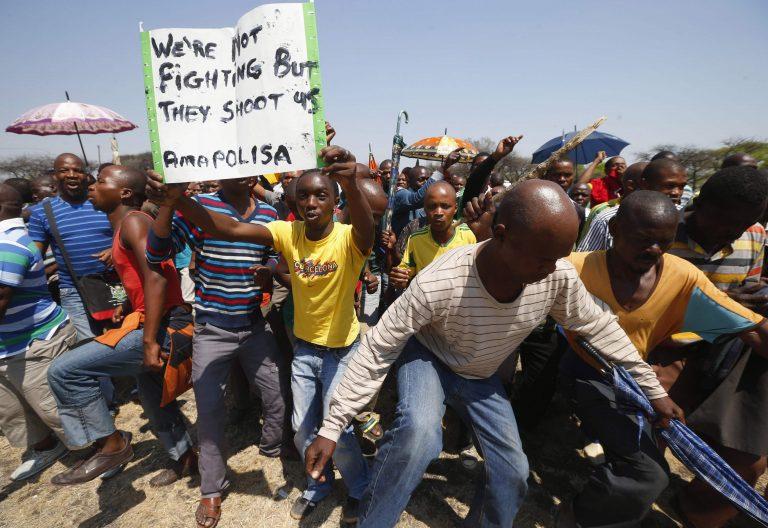 Ν. Αφρική: Φωτιές και σφαίρες στην απεργία των μεταλλωρύχων | Newsit.gr