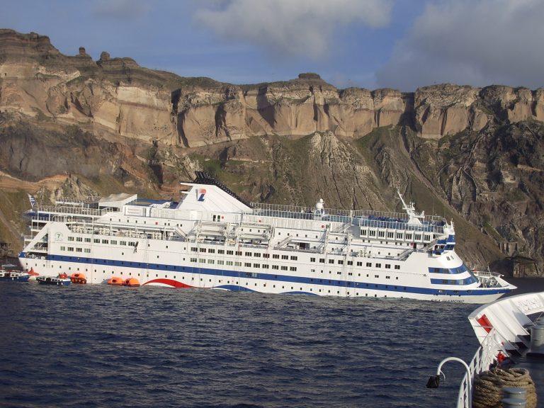 Η θάλασσα της Σαντορίνης μετά τη βύθιση του Sea Diamond | Newsit.gr