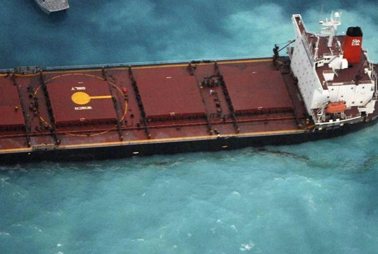 Φορτηγό – πλοίο προσάραξε στο μεγαλύτερο κοραλλιογενή ύφαλο   Newsit.gr