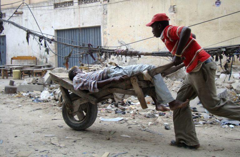 «Λουτρό» αίματος από βόμβες σε τζαμί στη Σομαλία | Newsit.gr