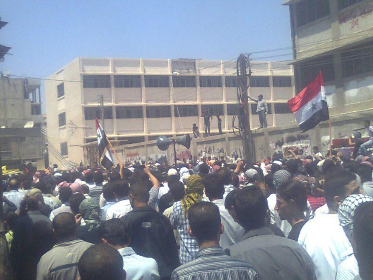 Σε κλοιό τανκς η πόλη που διαδήλωσε κατά του Άσαντ | Newsit.gr