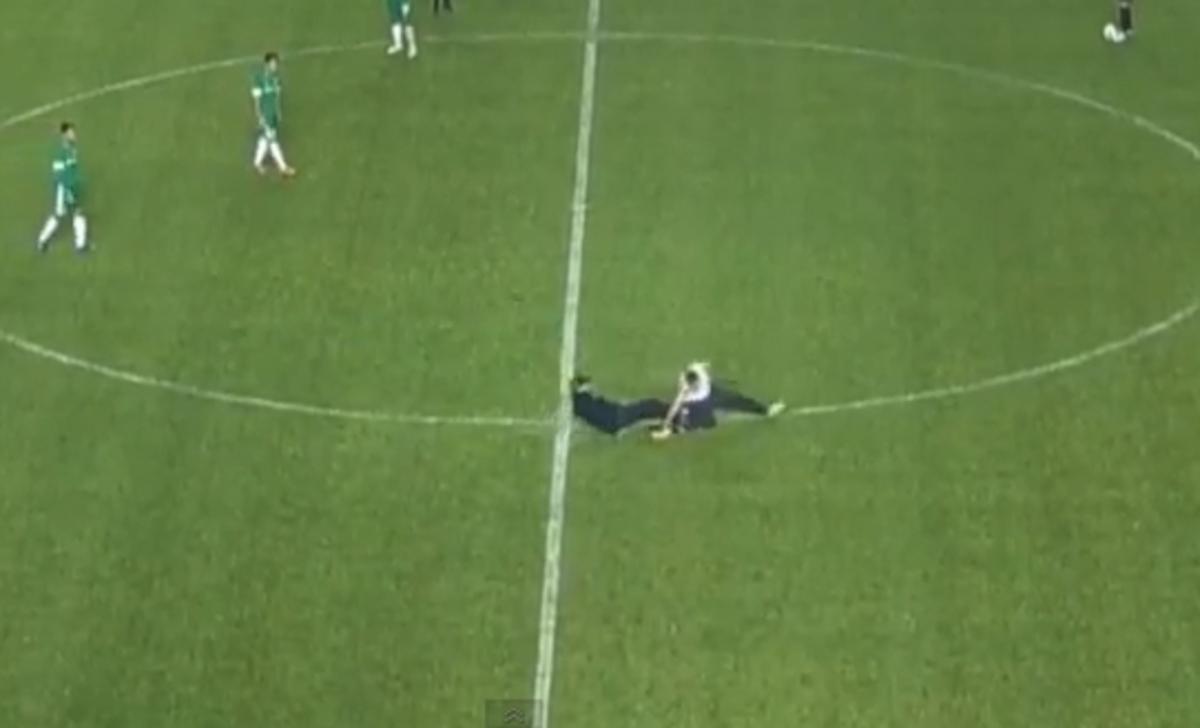 Σεκιουριτάς σταμάτησε με «δολοφονικό» τάκλιν εισβολέα οπαδό(VIDEO)   Newsit.gr