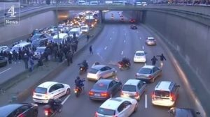 Χαμός στο Παρίσι! Οδηγοί ταξί πέταγαν λάστιχα και φωτοβολίδες σε οδηγούς