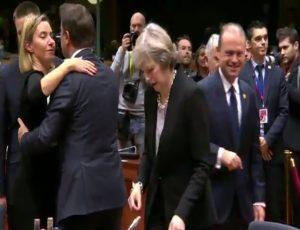 Το Brexit σε… 10 δευτερόλεπτα! Απελπιστικά μόνη η Μέι [vid]