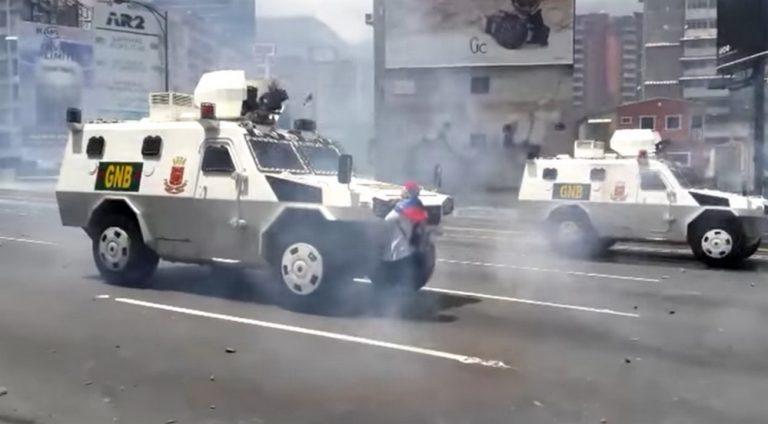 Βενεζουέλα: Η γυναίκα σύμβολο που στάθηκε μπροστά στο τεθωρακισμένο [vid]   Newsit.gr