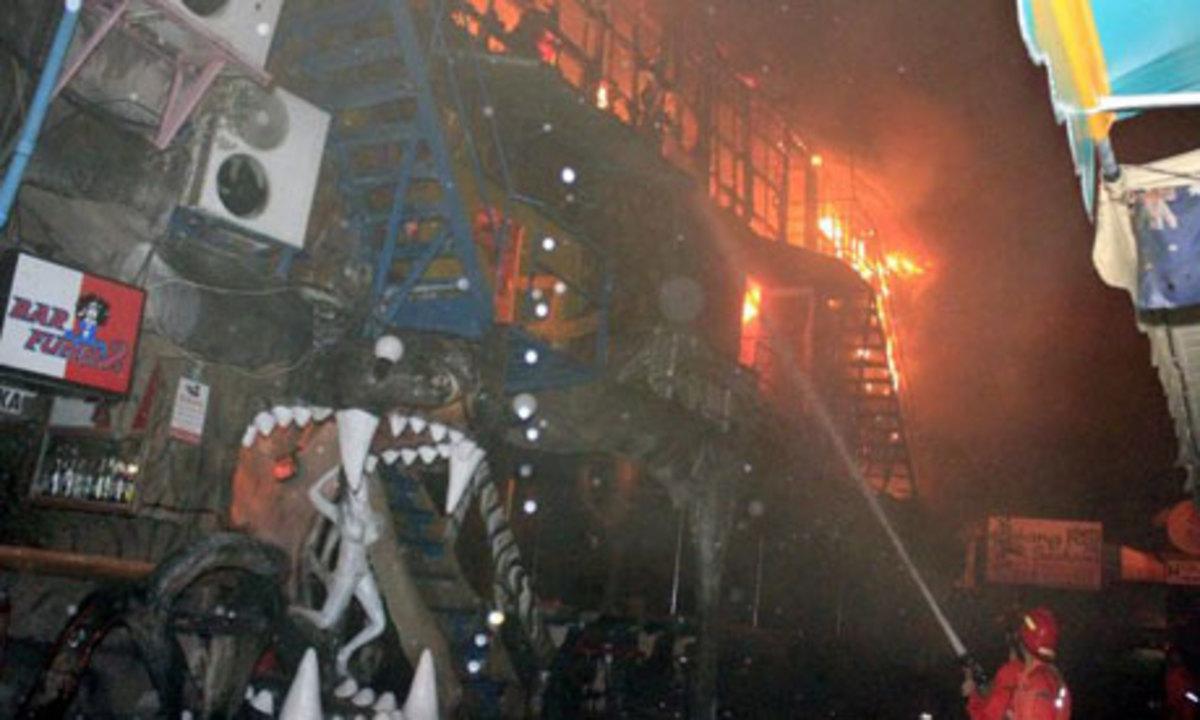 Κάηκαν ζωντανοί μέσα σε μπαρ | Newsit.gr