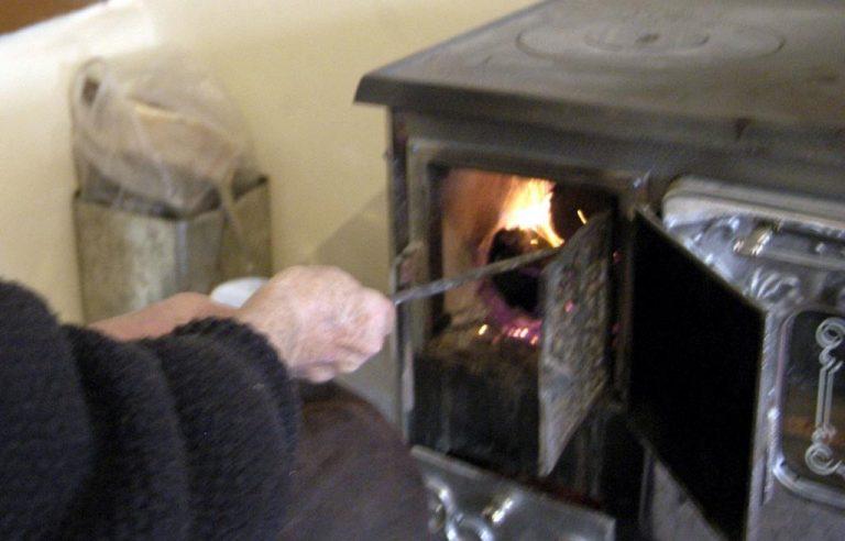 Βόλος: Οικογένεια ζει χωρίς καλοριφέρ και τουαλέτα! | Newsit.gr