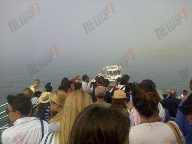Τήνος: Συναγερμός στο λιμάνι! Καταμαράν γεμάτο τουρίστες προσάραξε στα βράχια λόγω πυκνής ομίχλης! Με καΐκια αποβιβάζουν τους επιβάτες (ΦΩΤΟ)