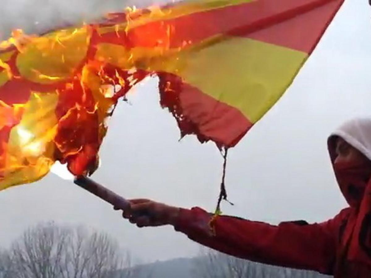 Έκαψαν σημαίες της ΠΓΔΜ στα Τίρανα   Newsit.gr