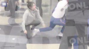 Λούι Τόμλινσον: Πλακώθηκε με παπαράτσι και θαυμάστρια! Σκηνές απείρου κάλλους στο αεροδρόμιο [vid]