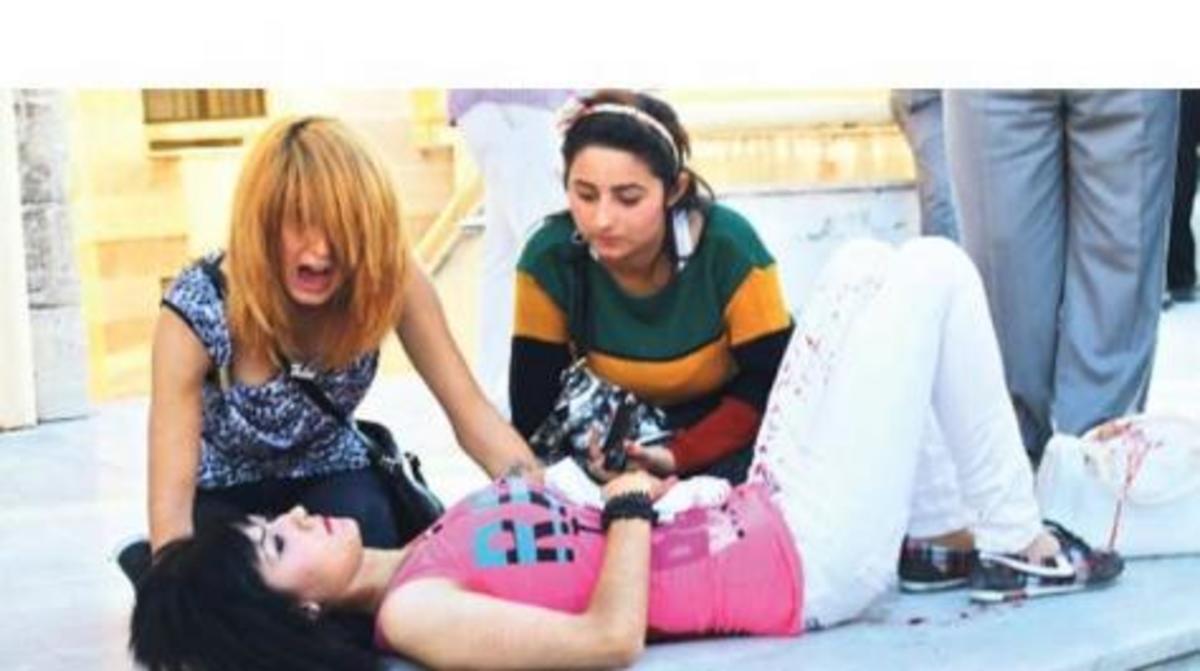 Φωτό από τη πραγματική Τουρκία! 18χρονη μαχαιρωμένη στο δρόμο από τον πρώην σύζυγο | Newsit.gr