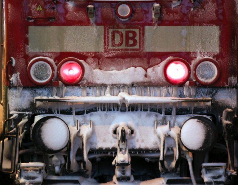 Ψάχνουν σε συρμούς τρένων για εκρηκτικά | Newsit.gr