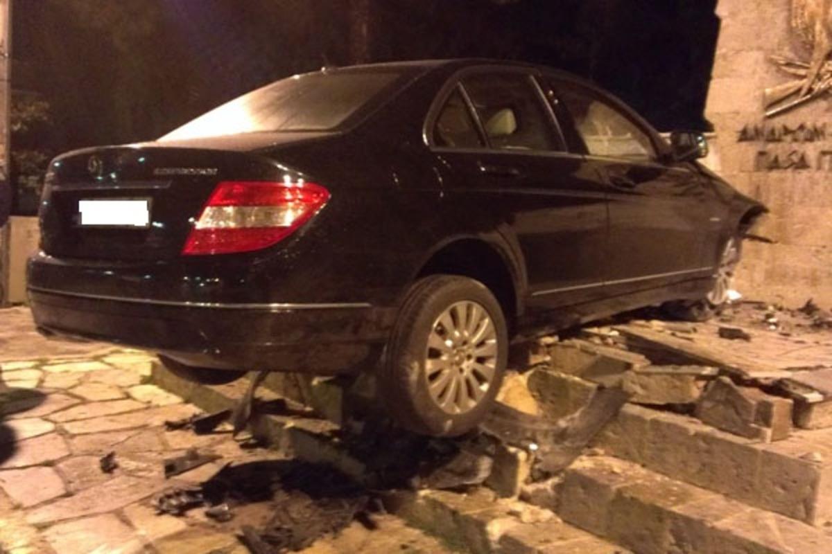 Απίθανο τροχαίο στο Χολαργό – Κόντεψε να ξηλώσει το Ηρώο – ΦΩΤΟ   Newsit.gr