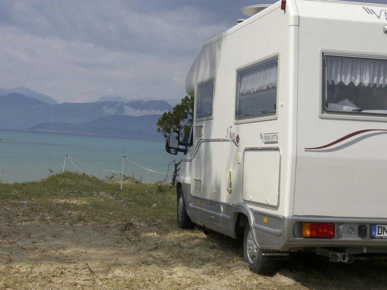 Επιτέθηκαν σε τουρίστες μέσα στο τροχόσπιτό τους | Newsit.gr