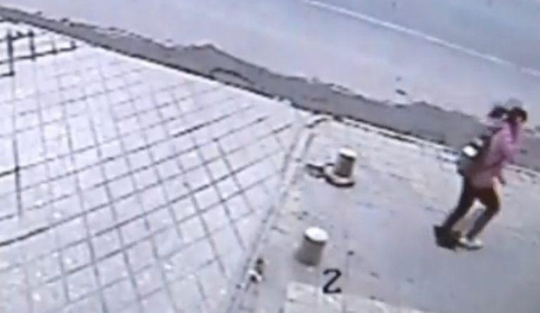 Άνοιξε το πεζοδρόμιο και την κατάπιε! ΒΙΝΤΕΟ | Newsit.gr