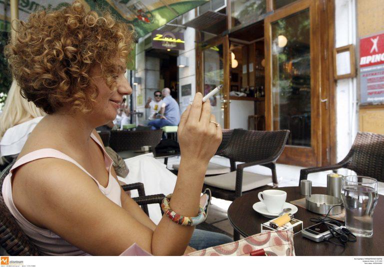 Αυξάνεται το κάπνισμα μεταξύ γυναικών | Newsit.gr