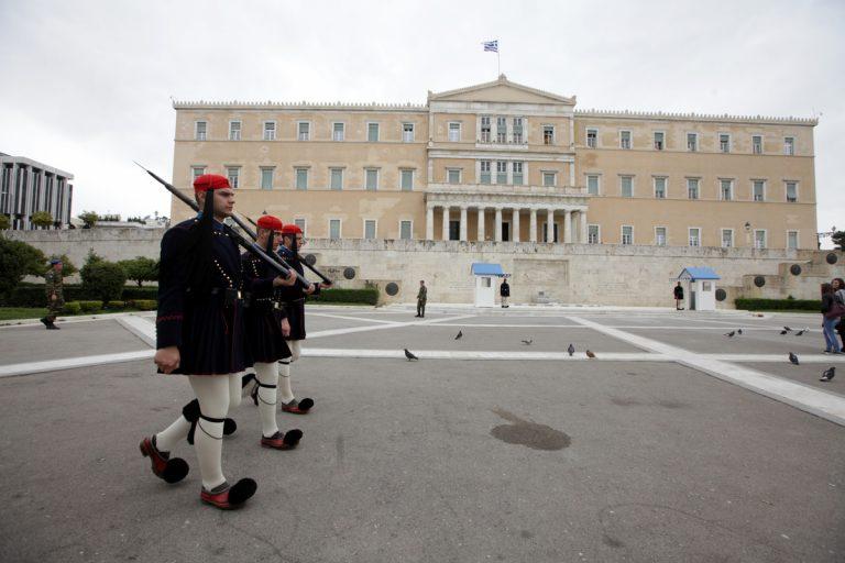Βόμβα μολότοφ στους τσολιάδες! Πανικός στο Σύνταγμα | Newsit.gr