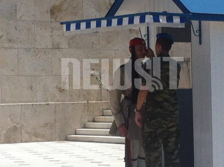 Όταν οι τσολιάδες λιώνουν από τη ζέστη – ΦΩΤΟΡΕΠΟΡΤΑΖ   Newsit.gr
