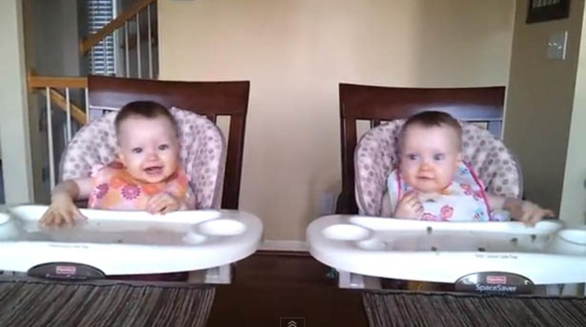 Χαριτωμένα δίδυμα 11 μηνών χορεύουν ταυτόχρονα! video | Newsit.gr