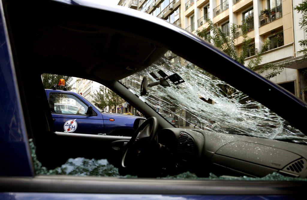 f7313cbabd Οι ανήλικοι έβγαιναν και έσπαγαν αυτοκίνητα - ΦΩΤΟ EUROKINISSI
