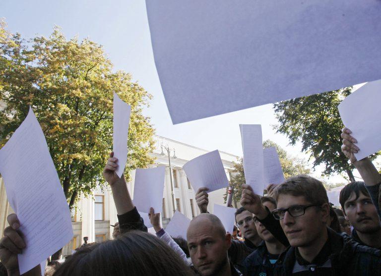 Ουκρανία: Δημοσιογράφοι διαδηλώνουν μπροστά από το κοινοβούλιο εναντίον του νόμου περί δυσφήμησης | Newsit.gr